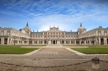 http://thexipiron.files.wordpress.com/2011/09/palacio-real-aranjuez.jpg
